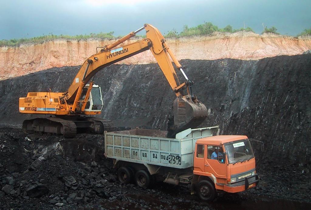 indonesian-coal-mine-utilising-small-contractors-coal-seam-up-to-20-1220x826