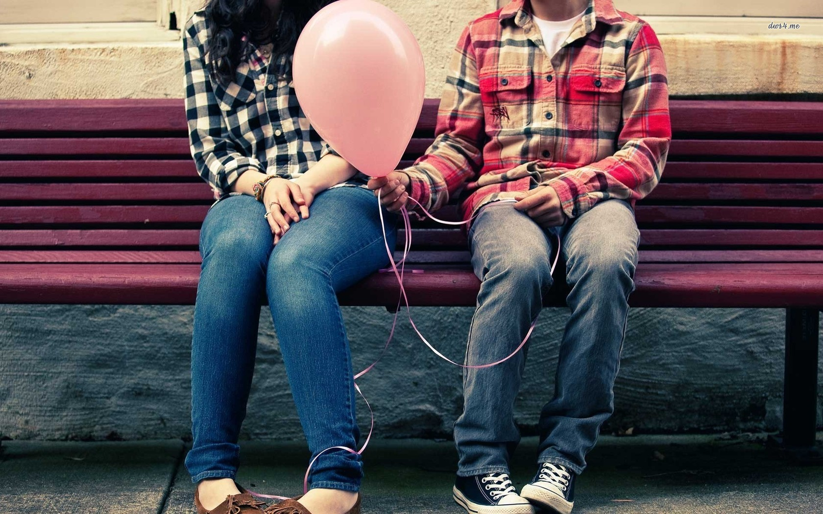 13388-young-couple-with-a-balloon-1680x1050-photography-wallpaper