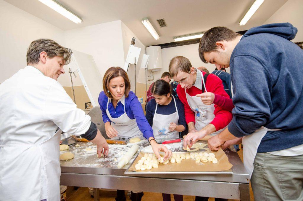 Katarina Lazarevic sa decom iz OS Bosko Buha u Kuhinji na tockovima